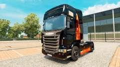 A pele Queima de mulher no trator Scania