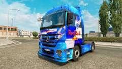 O Red Bull pele para o caminhão Mercedes-Benz